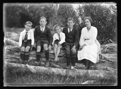 Paterson family, Gordon, Alan, Neil, Mac & Ettie